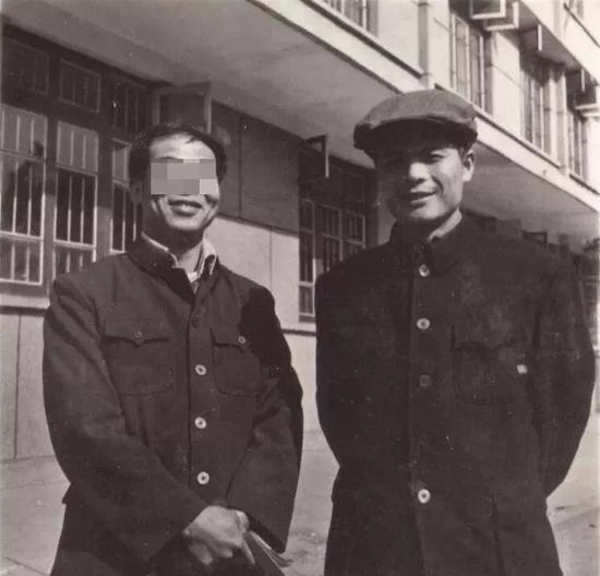 鄧世平(圖右) 圖源網絡