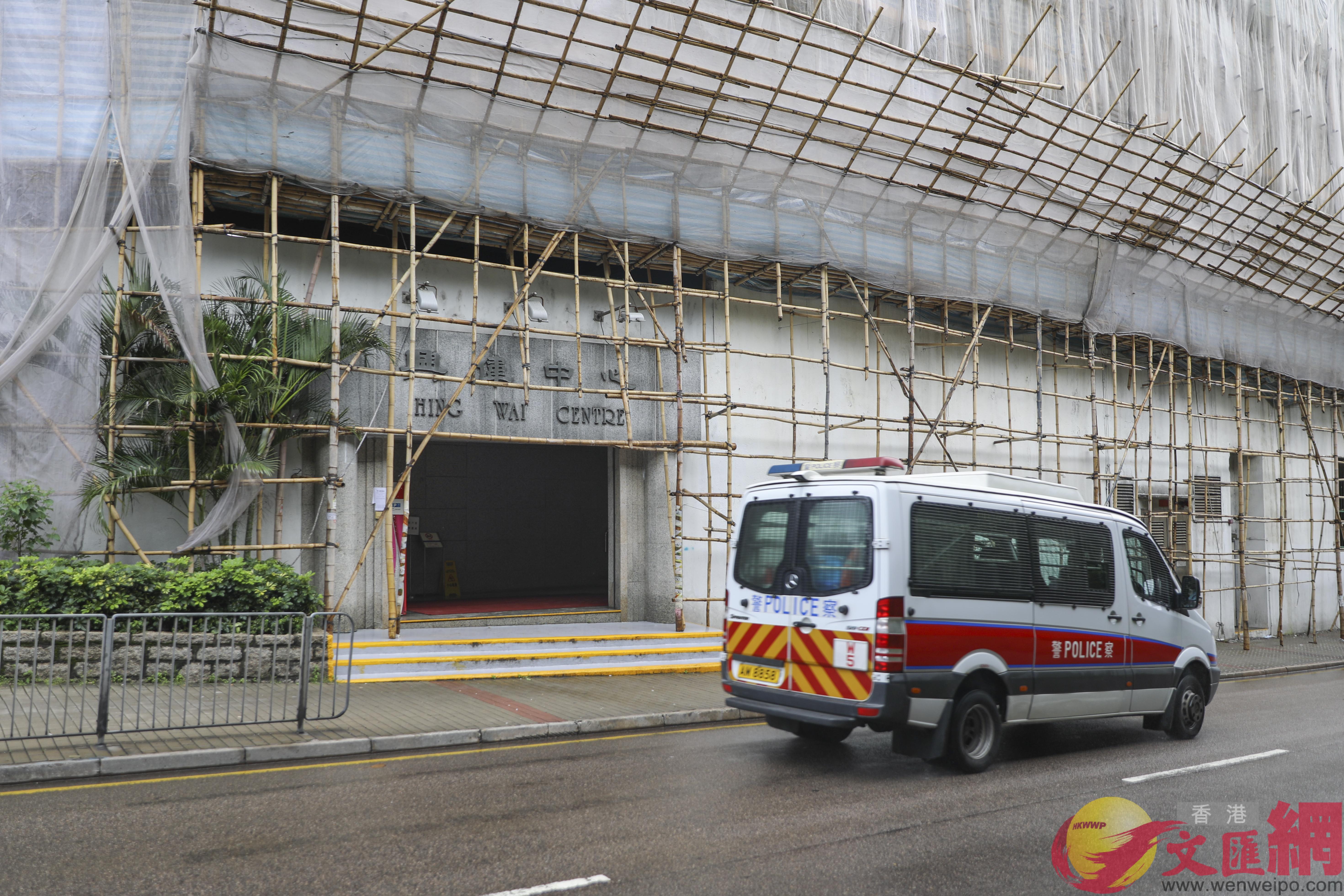 一輛衝鋒車停泊在大文集團辦公大樓正門附近(全媒體記者李斯哲攝)