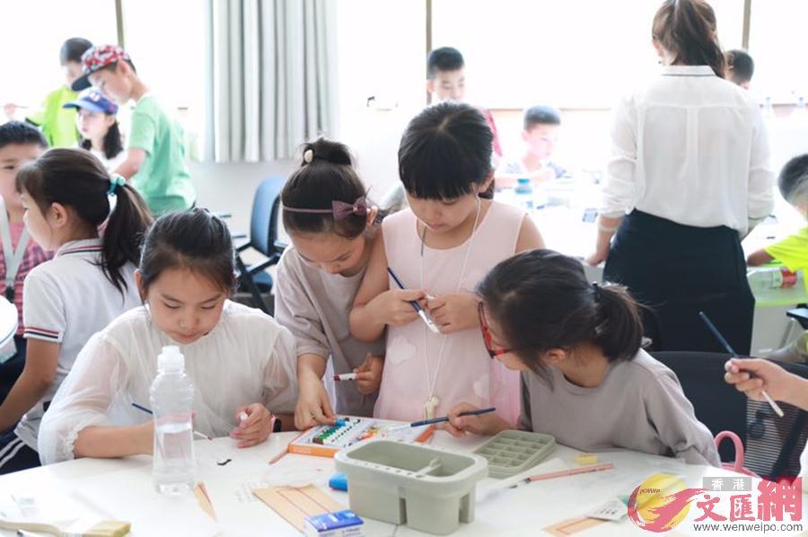 西安小學生們親自動手進行文物繪圖、器物修復。(記者李陽波 攝)