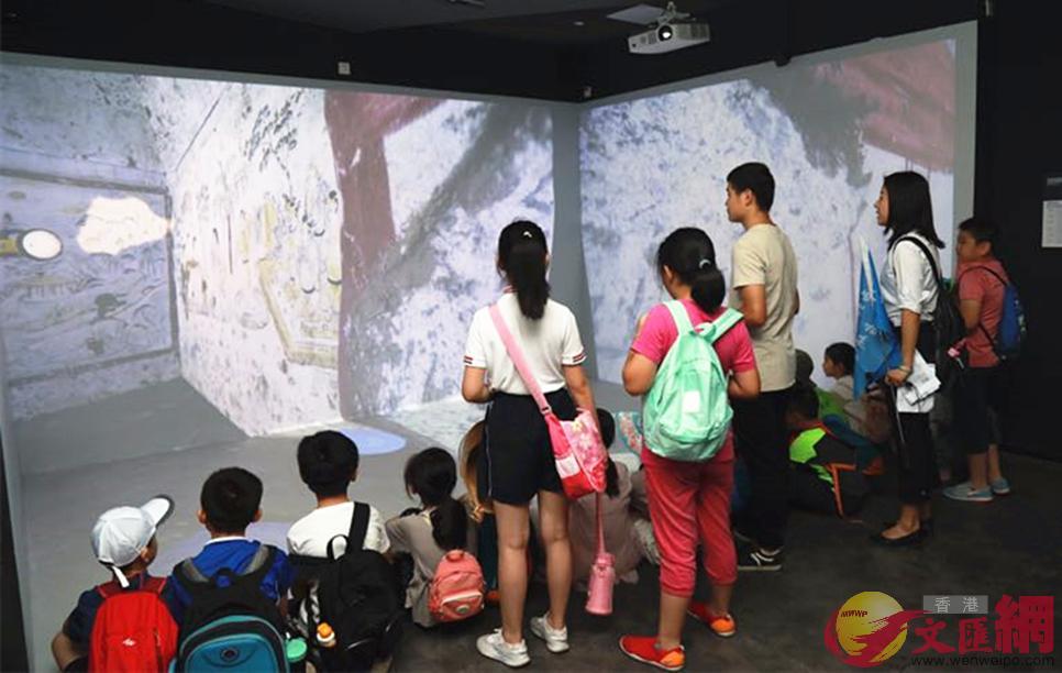 西安小學生體驗內地高校首個VR考古模擬現場。(記者李陽波 攝)