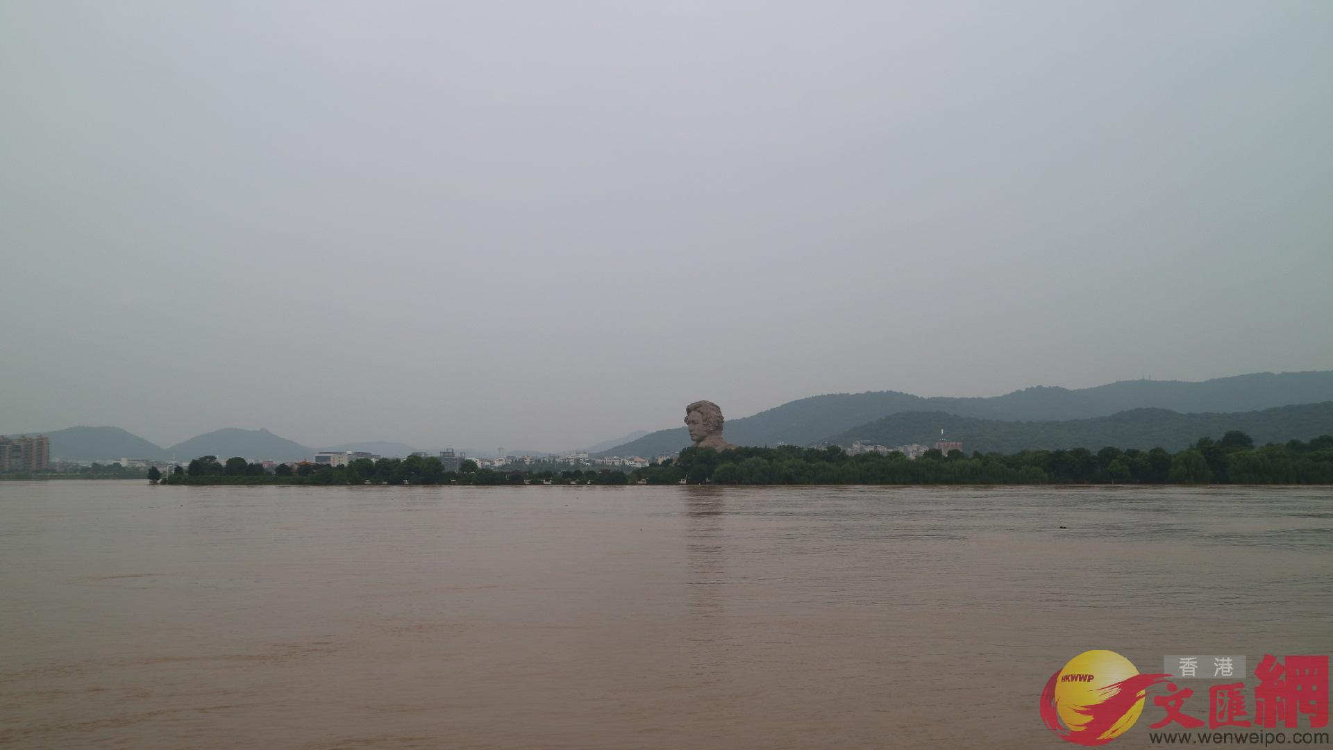 湘江江心的橘子洲環繞景區的親水步道和橘子洲頭的觀景平台已完全被水漫過。(湖南 姚進 攝)