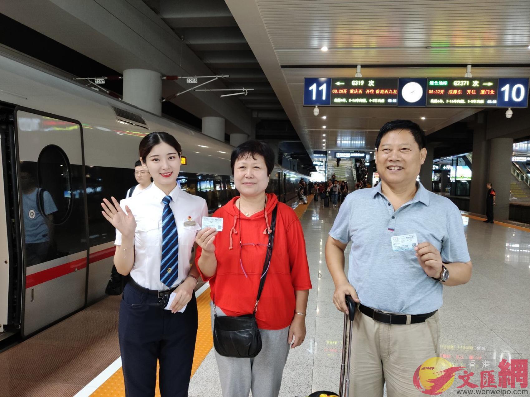 今年66歲的劉建國先生(右一)與家人將乘坐首發列車去香港度假(孟冰 攝)