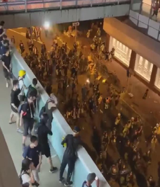 數名黑衣暴徒由好運中心商場高處向樓下的警員掟磚和兩傘。 網上圖片