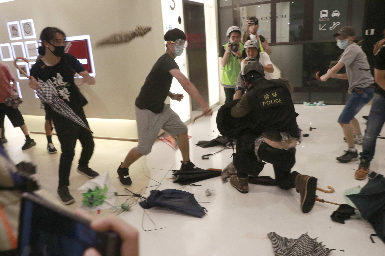 示威者在商場圍毆落單警員。