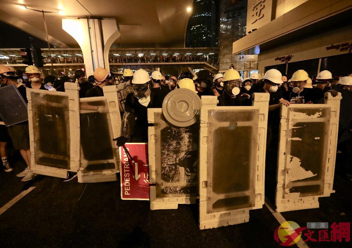 21日晚部分暴徒衝擊中聯辦(全媒體記者攝)
