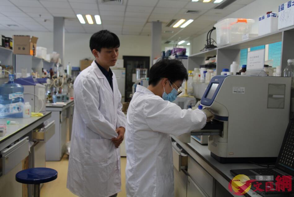 徐濤(左)與工作人員在實驗室(記者 何花 攝)