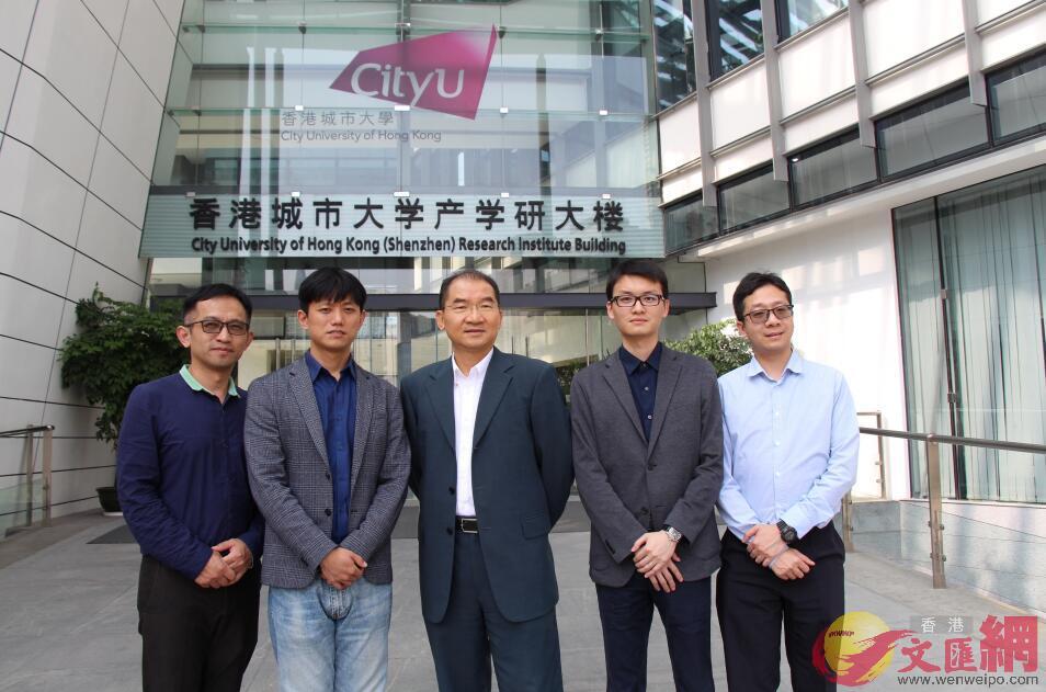 香港城市大學晶准醫學團隊。從左向右分別為傅華陽、徐濤、楊夢蘇教授、鄒恆與余瑋健 (記者 何花 攝)