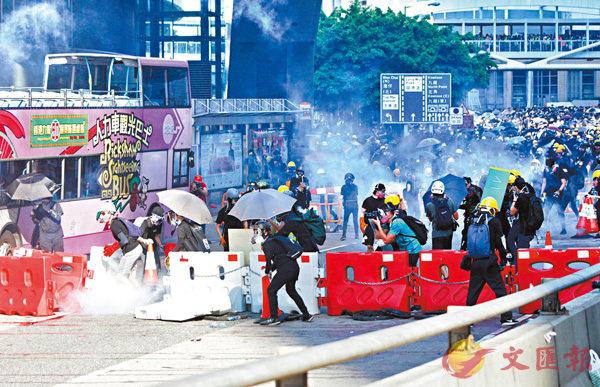 ■警方在夏慤道發射多枚催淚彈和橡膠子彈驅散暴徒。大公文匯全媒體記者 攝