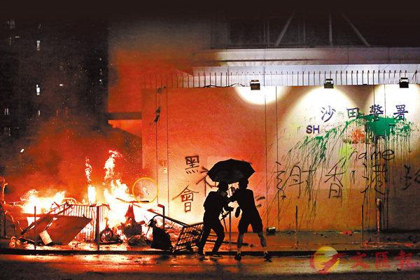 ■沙田警署外火焰高約3米,暴徒還不斷向火堆投擲助燃劑(圖圈)。 大公文匯全媒體記者 攝