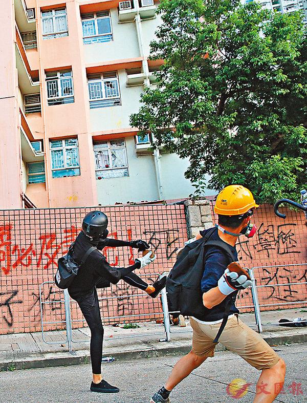 說暴徒向屯門湖康警察宿舍展開磚頭攻勢,並塗污外牆。 大公文匯全媒體記者 攝
