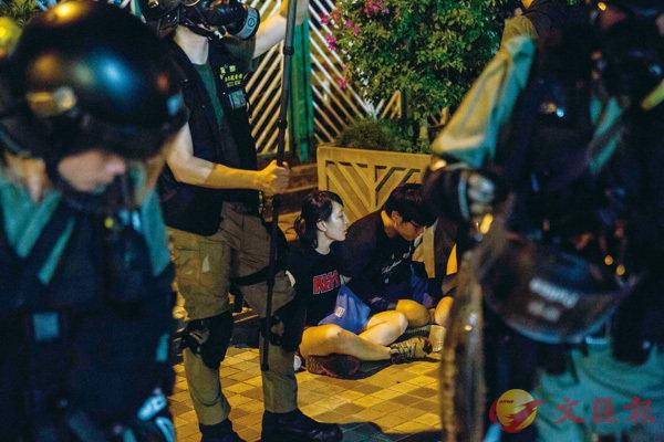 ■警方入夜後清場時在黃大仙拘捕一男一女。 法新社