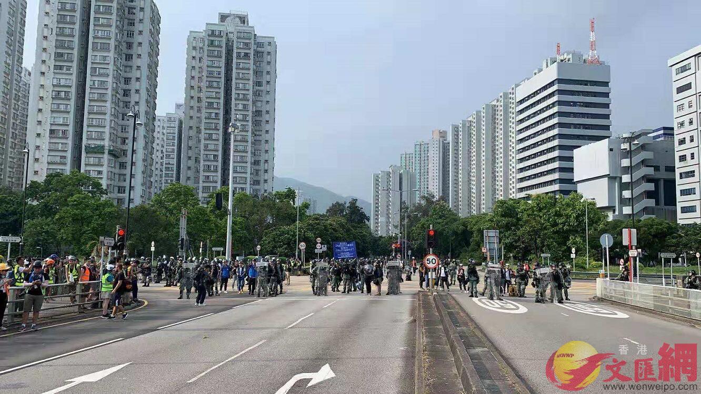 大埔現場,警方出藍旗呼籲非法示威者離開(大公文匯全媒體記者攝)