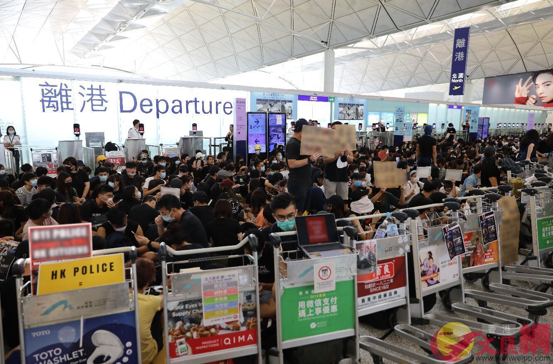 有示威者用行李車阻擋各個主要通道(大公文匯全媒體記者攝)