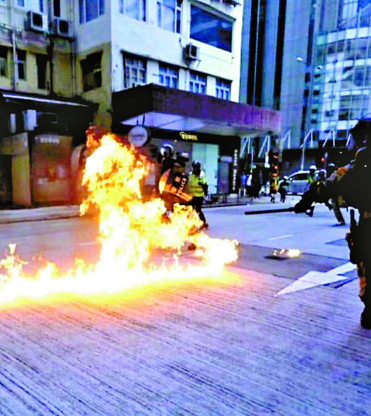 ■暴徒在深水埠向警員投擲汽油彈。資料圖片
