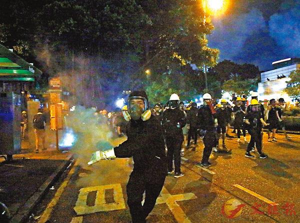 ■ 8月11日晚,尖沙咀有暴徒執起催淚彈向警方還擊。香港文匯報記者 攝