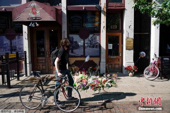 美俄州代頓民眾悼念槍擊案遇難者,事發地的酒吧前擺滿鮮花。(圖片來源:中新網)