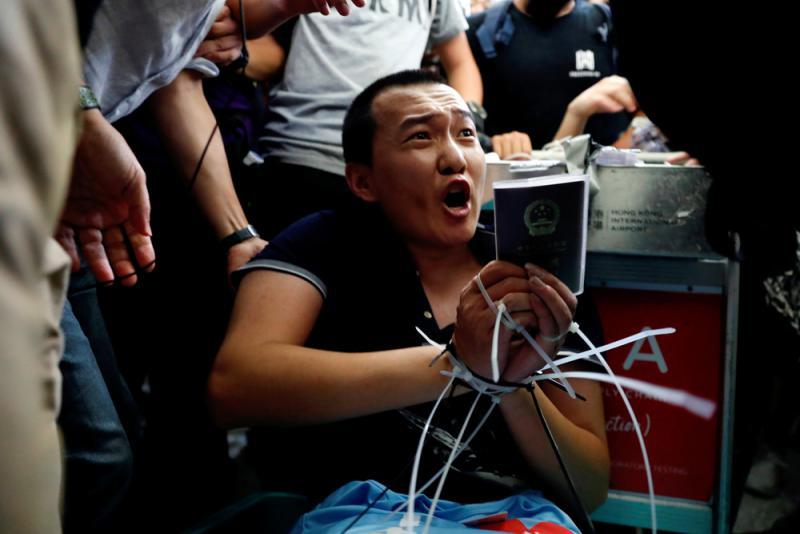 《環球時報》記者付國豪遭暴徒綁起時表現英勇,直言:「我支持香港警察,你們可以打我了」