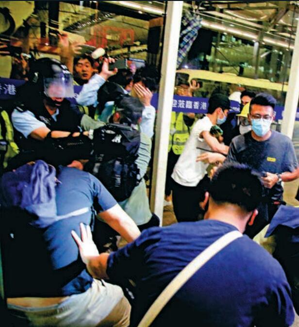 警員被迫擎槍自衛