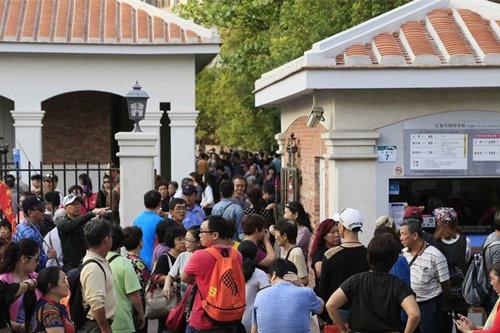 陸客參觀高雄「打狗英國領事館」文化園區。(台灣「中央社」圖片)