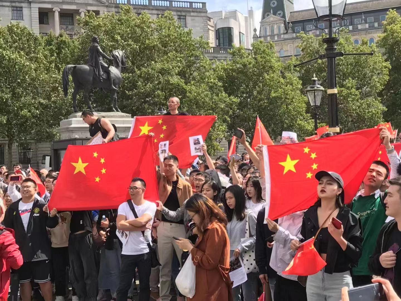 大批愛國留學生、華人華僑揮舞著五星紅旗,自發走上街頭抵制「告洋狀」