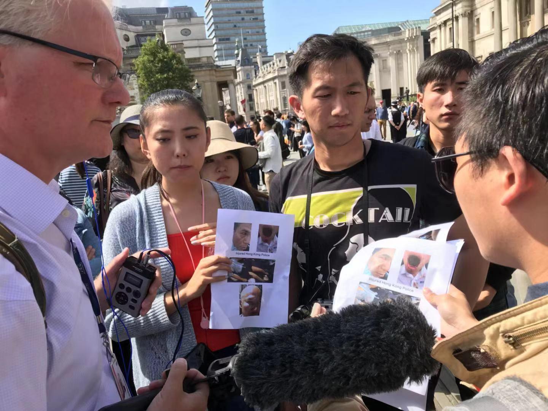 愛國留學生及華人華僑向駐足觀看的外國民眾和媒體人士解說活動的原因和真相