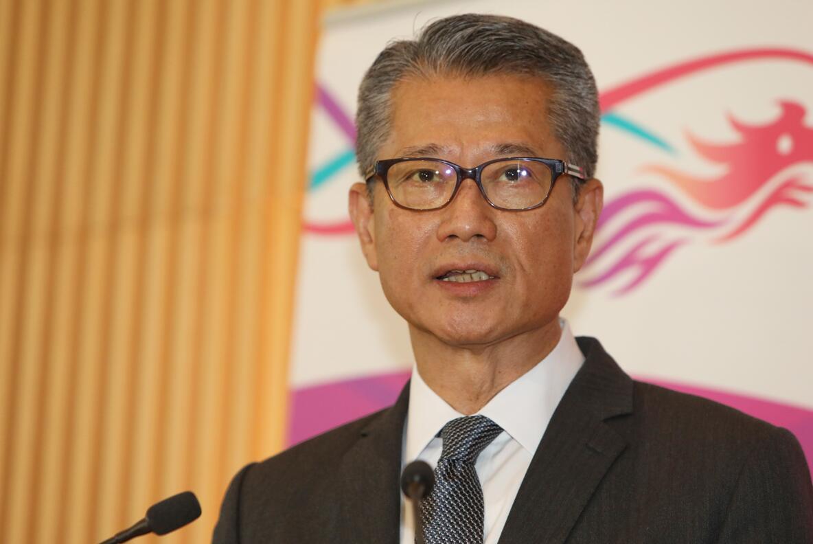 陳茂波呼籲社會在尋求政治解決方案的同時,合力應對經濟挑戰(中新社資料圖片)
