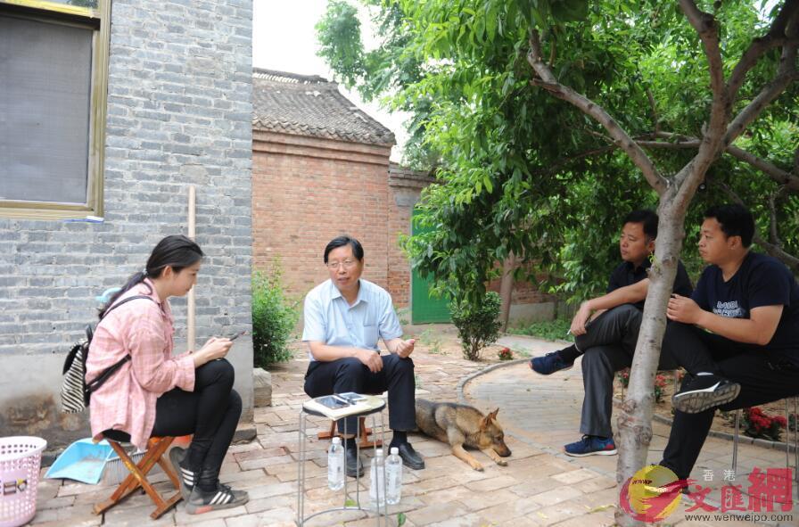 李曉林(左二)回到曲周葡萄科技小院與現任院長王曉奕(左一)交流(記者顧大鵬攝)
