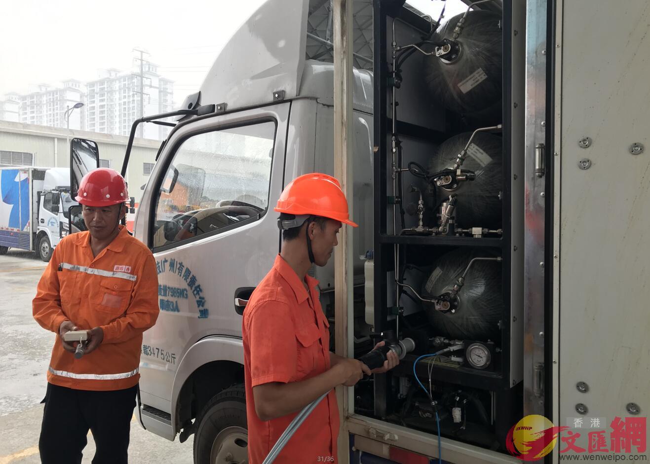 廣州將在明年建成5座氫能加氣站。圖為位於廣州開發區的加氣站,工人演示加氣。(敖敏輝 攝)