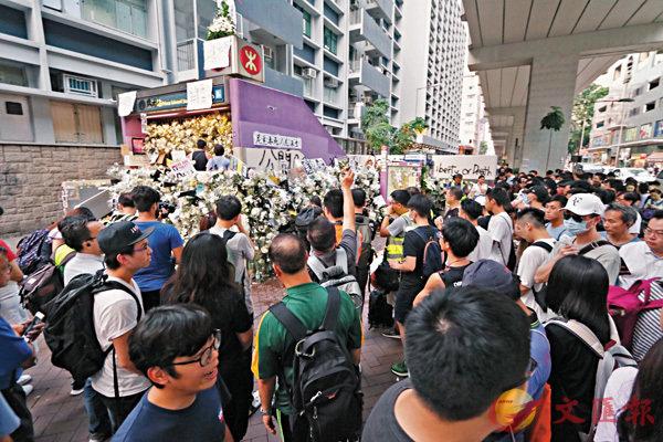 大批不明真相者受謠言蠱惑,連續十幾天在太子站「獻花」搗亂,藉機搞事。 香港文匯報記者 攝
