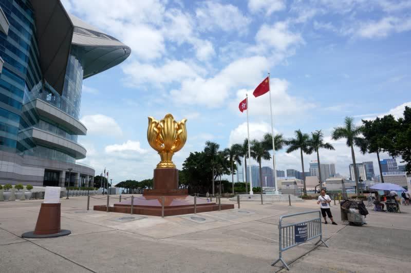 9月3日,平時遊客眾多的金紫荊廣場上如今遊人稀少,香港旅遊業受到衝擊,赴港旅遊的遊客大幅減少。 圖源:中新社