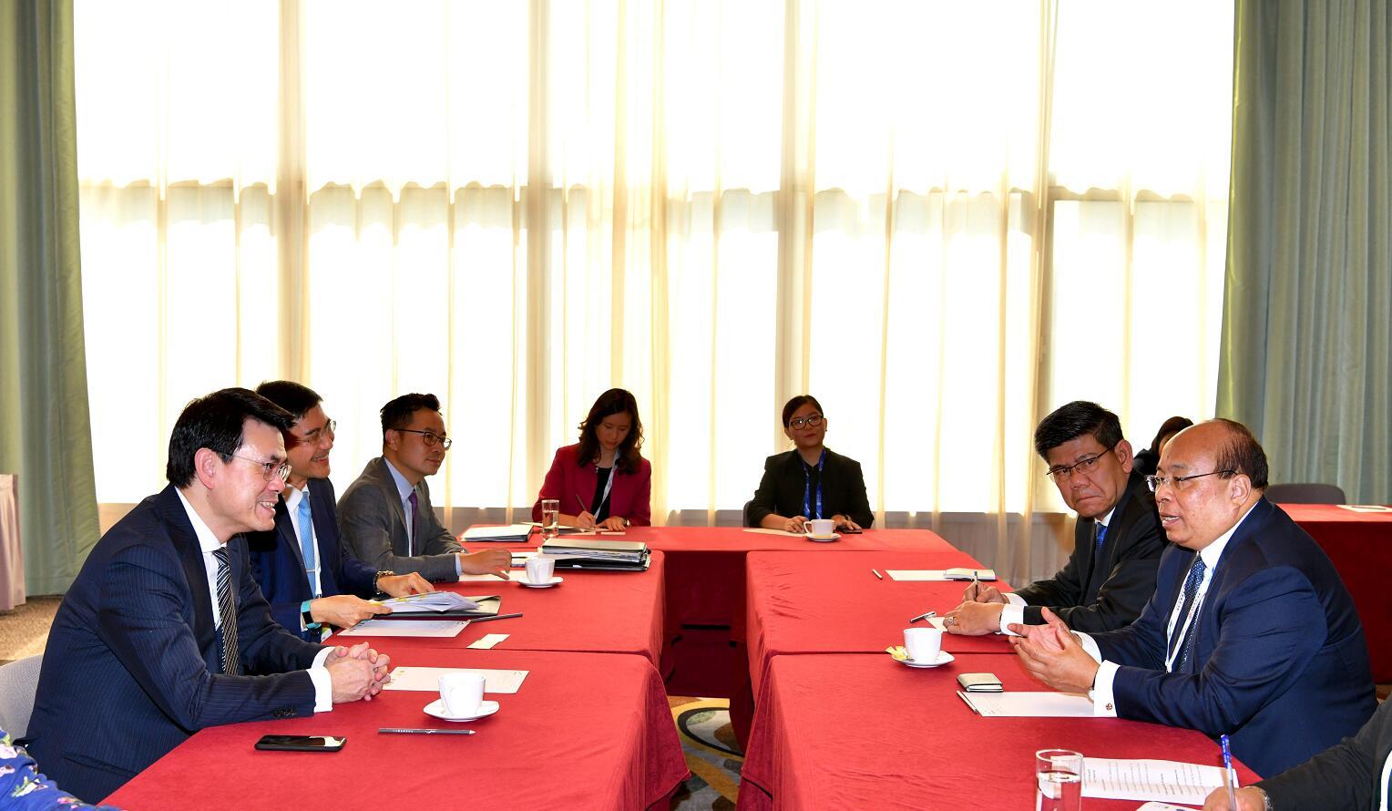 商務及經濟發展局局長邱騰華(左一)今日(九月十一日)在第四屆「一帶一路高峰論壇」舉行期間,與緬甸投資及對外經濟關係部長兼緬甸投資委員會主席當吞(右一)舉行雙邊會議。「一帶一路」專員葉成輝(左二)亦有出席會議。