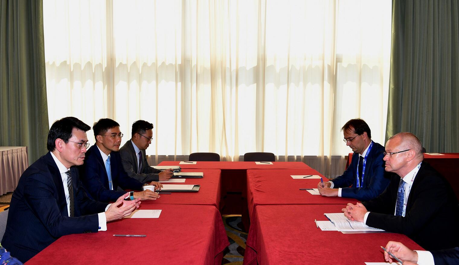 商務及經濟發展局局長邱騰華(左一)今日(九月十一日)在第四屆「一帶一路高峰論壇」舉行期間,與匈牙利財政部國務秘書Gábor Gion(右一)舉行雙邊會議。「一帶一路」專員葉成輝(左二)亦有出席會議。