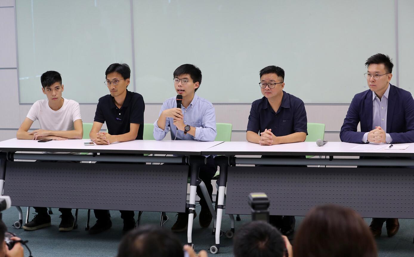 「香港眾志」秘書長黃之鋒(中)等人本月3日訪台,與民進黨秘書長羅文嘉(右二)、副秘書長林飛帆(右一)舉行記者會。(台灣「中央社」資料圖片)