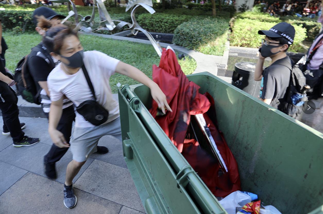 黑衣暴徒22日於沙田塗污國旗並扔入垃圾桶 (大公文匯全媒體記者攝)