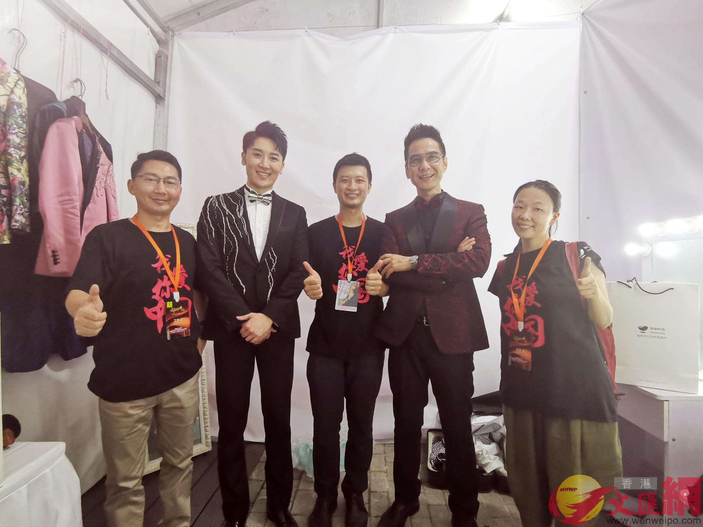 香港主持人陳啟泰(右二)與磁懸浮穿梭板的研發團隊深磁科技合照 記者何花攝