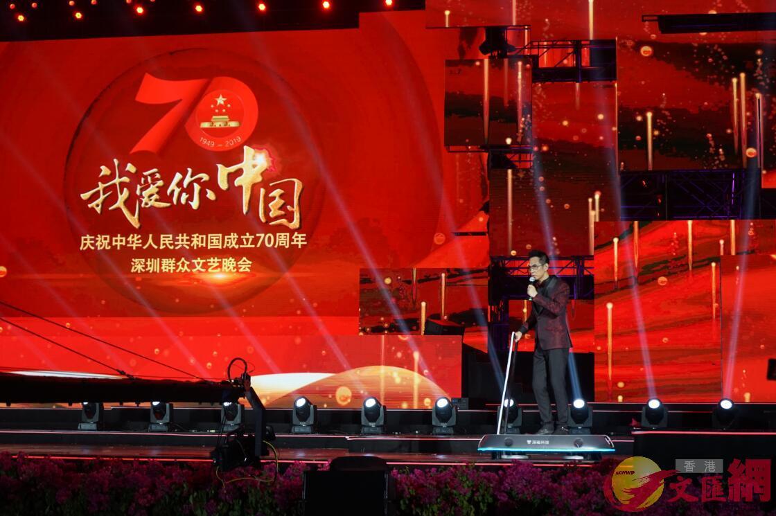 香港主持人陳啟泰乘坐磁懸浮穿梭板出場 記者何花攝