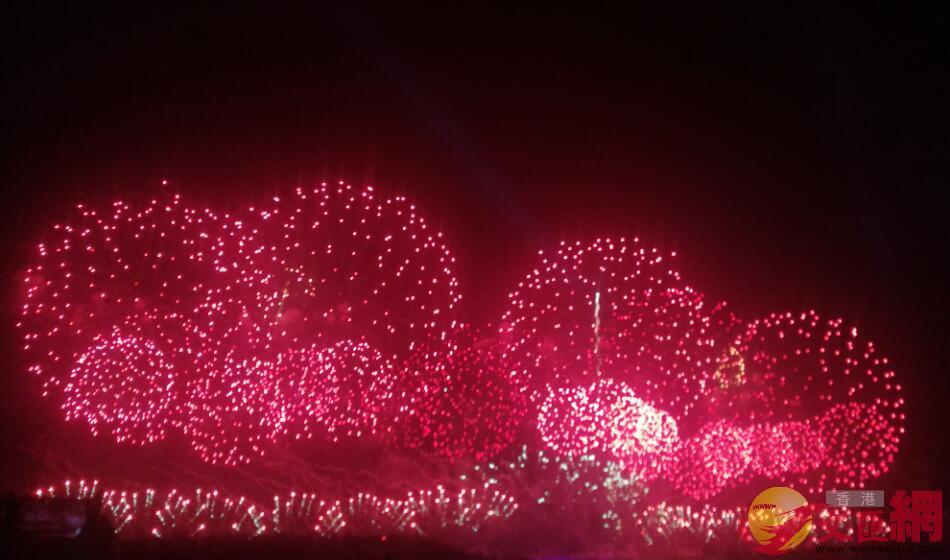 廣州、深圳、珠海舉行國慶焰火晚會,吸引不少港澳居民北上歡度國慶。記者方俊明 攝