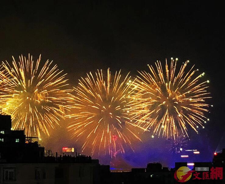 數十萬發禮花編織最美夜空,點亮大灣區城市群的魅力前景。記者方俊明 攝