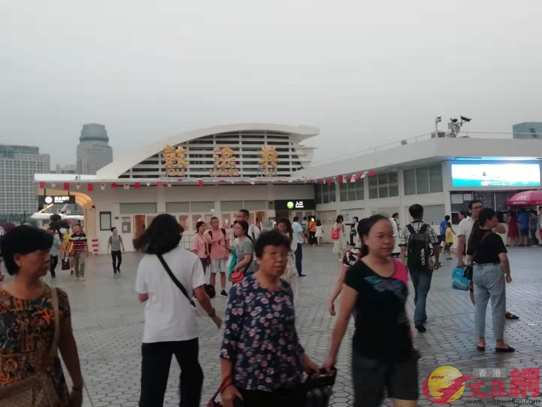 大量遊客來到鼓浪嶼遊玩和拍照留念(記者 李昌鴻 攝)