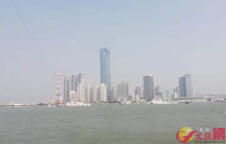 坐渡輪看到廈門鼓浪嶼對岸的高樓大廈像一幅優美的畫卷(記者 李昌鴻 攝)