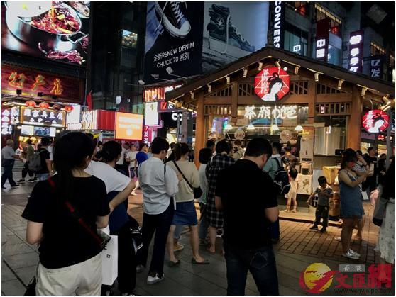 已是晚上10點,網紅奶茶店茶顏悅色門口仍排着長隊,憑着只在長沙開店這種地域特色,成為了國內外遊客來到長沙「必喝榜」榜首。(記者姚進攝)