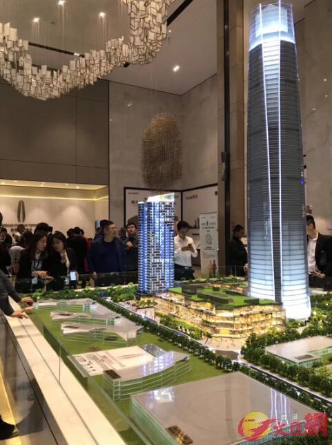深圳市民觀望當前樓市。 記者毛麗娟攝