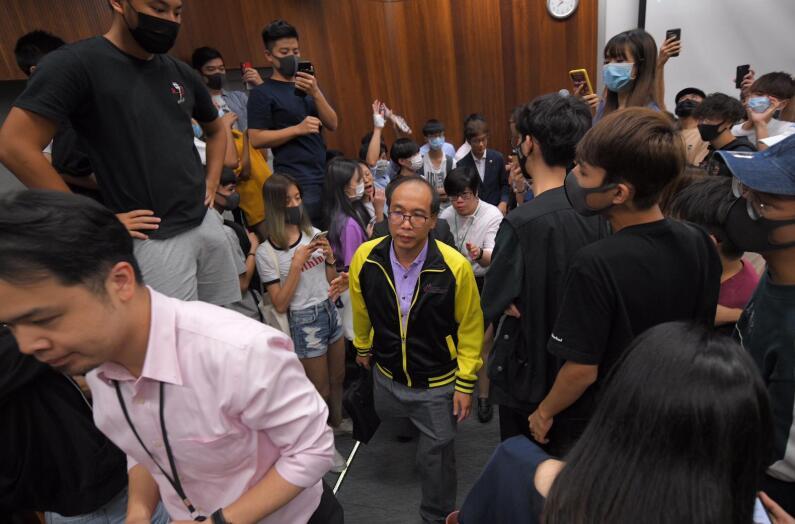陳偉強被學生包圍要求交代 圖片來源:星島日報