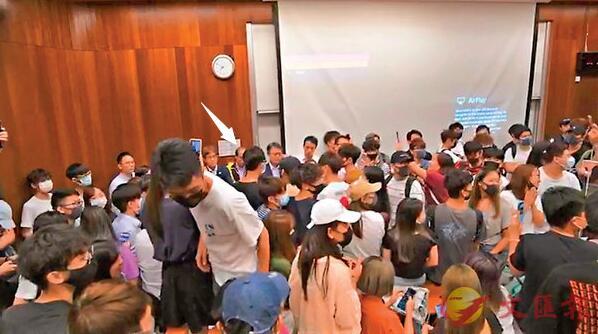陳偉強(箭嘴示)遭戴口罩學生禁錮在課室批鬥。網上片段截圖