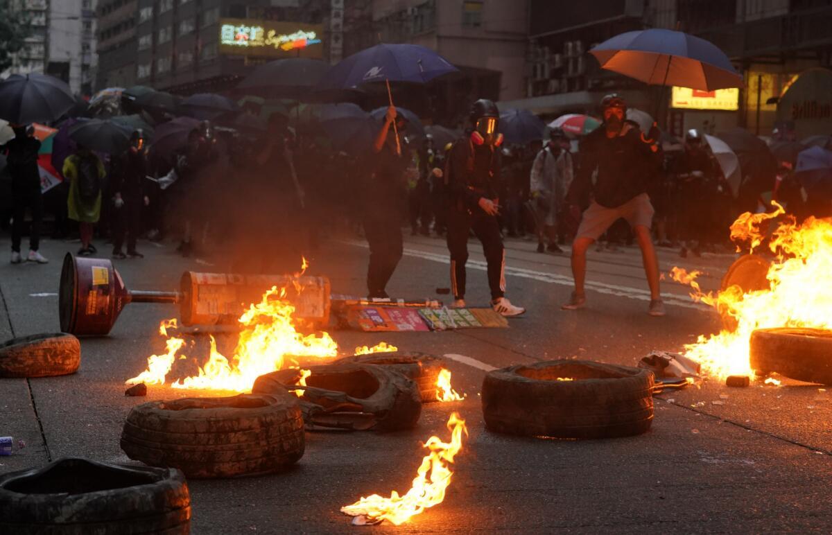 10月6日,暴力示威者在銅鑼灣街頭焚燒輪胎,企圖延緩警方推進速度。 香港中通社圖片