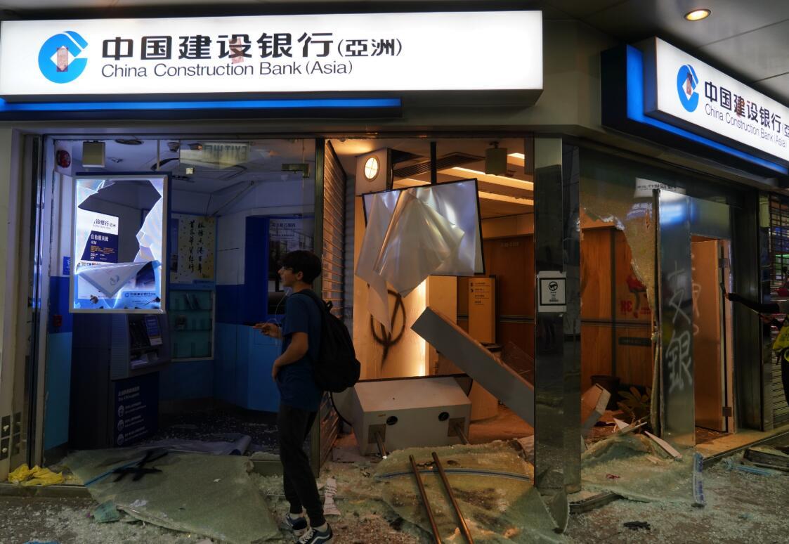 10月6日下午,暴力示威者在香港灣仔、銅鑼灣等地肆意破壞,四處打砸,到處縱火,撬開多家中資銀行閘門進行打砸和焚燒。圖為銅鑼灣的一家建銀(亞洲)分行被暴徒砸毀。香港中通社圖片