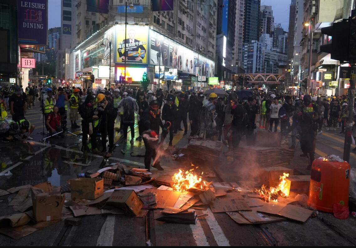 10月6日,暴力示威者在銅鑼灣街頭焚燒雜物,企圖延緩警方推進速度。香港中通社圖片