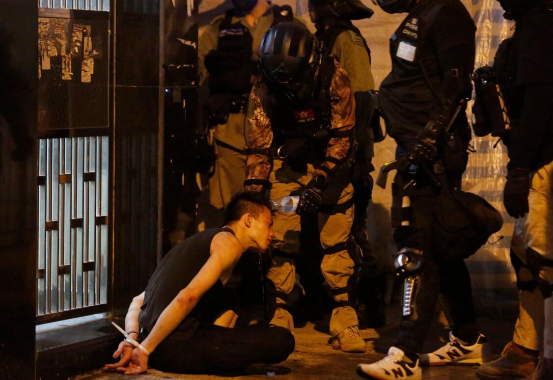在元朗大馬路,警方幫被捕的激進示威者清洗臉上的胡椒噴劑。香港文匯記者 攝