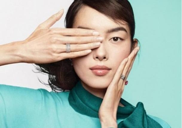 蒂芙尼已經刪除右手遮右眼的廣告宣傳照片(網絡圖片)