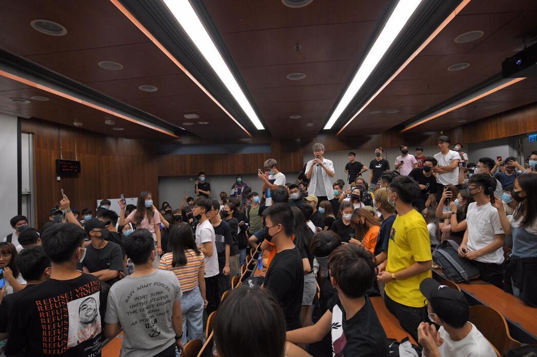 陳偉強被學生包圍要求交代 圖片來源:星島日報網